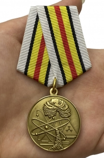 Памятная медаль Ветераны подразделений особого риска - вид на ладони