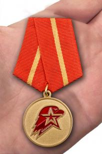 Памятная медаль Юнармии 1 степени - вид на ладони