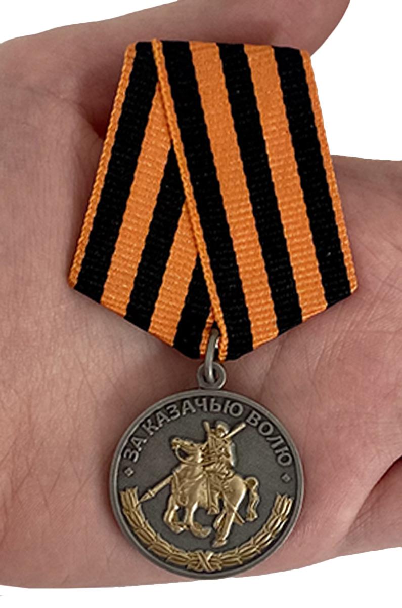 Памятная медаль За казачью волю (георгиевская лента) - вид на ладони
