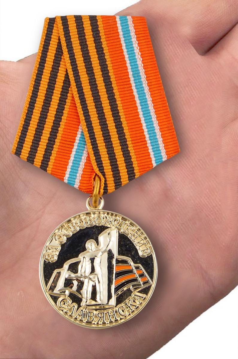 """Памятная медаль """"За освобождение Славянска"""" - вид на ладони"""