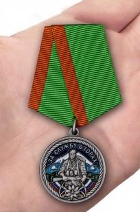 Памятная медаль За службу в горах в красивом подарочном футляре - вид на ладони