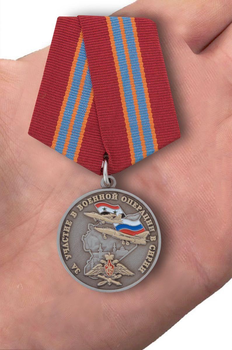 Памятная медаль За участие в военной операции в Сирии - вид на ладони