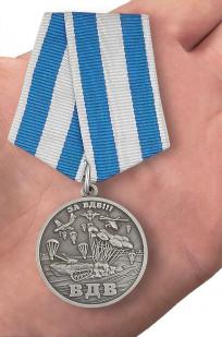 Памятная медаль За ВДВ! в бордовом футляре - вид на ладони
