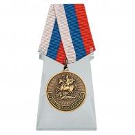 Памятная медаль Защитнику Отечества на подставке