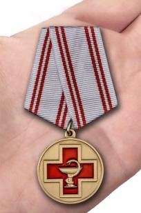 Памятная медаль За заслуги в медицине - вид на ладони