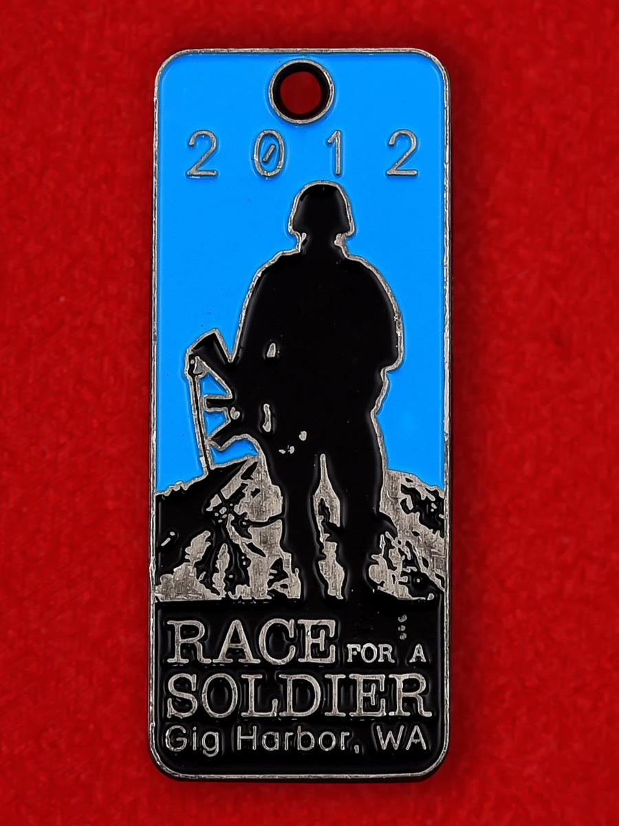 Памятный медальон участника полумарафона в поддержку военнослужащих США в Гиг-Харборе, штат Вашингтон