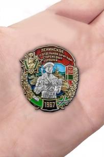 Памятный знак 13 отдельная бригада сторожевых кораблей Ленинское - вид на ладони