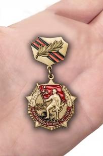 Памятный знак 25 лет Победы в Великой Отечественной войне - вид на ладони