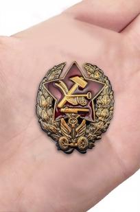 Памятный знак Командира-бронеавтомобилиста - вид на ладони