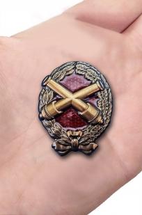 Памятный знак Красного артиллериста - вид на ладони