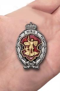 Памятный знак МВД Лучший сотрудник специальных подразделений полиции - вид на ладони