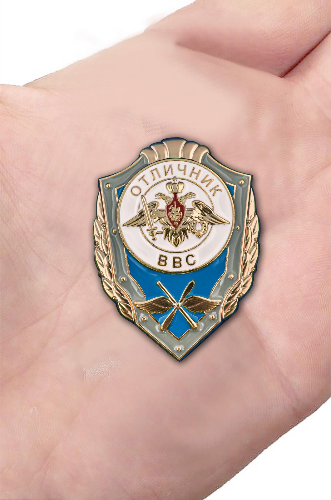 Памятный знак Отличник ВВС - вид на ладони