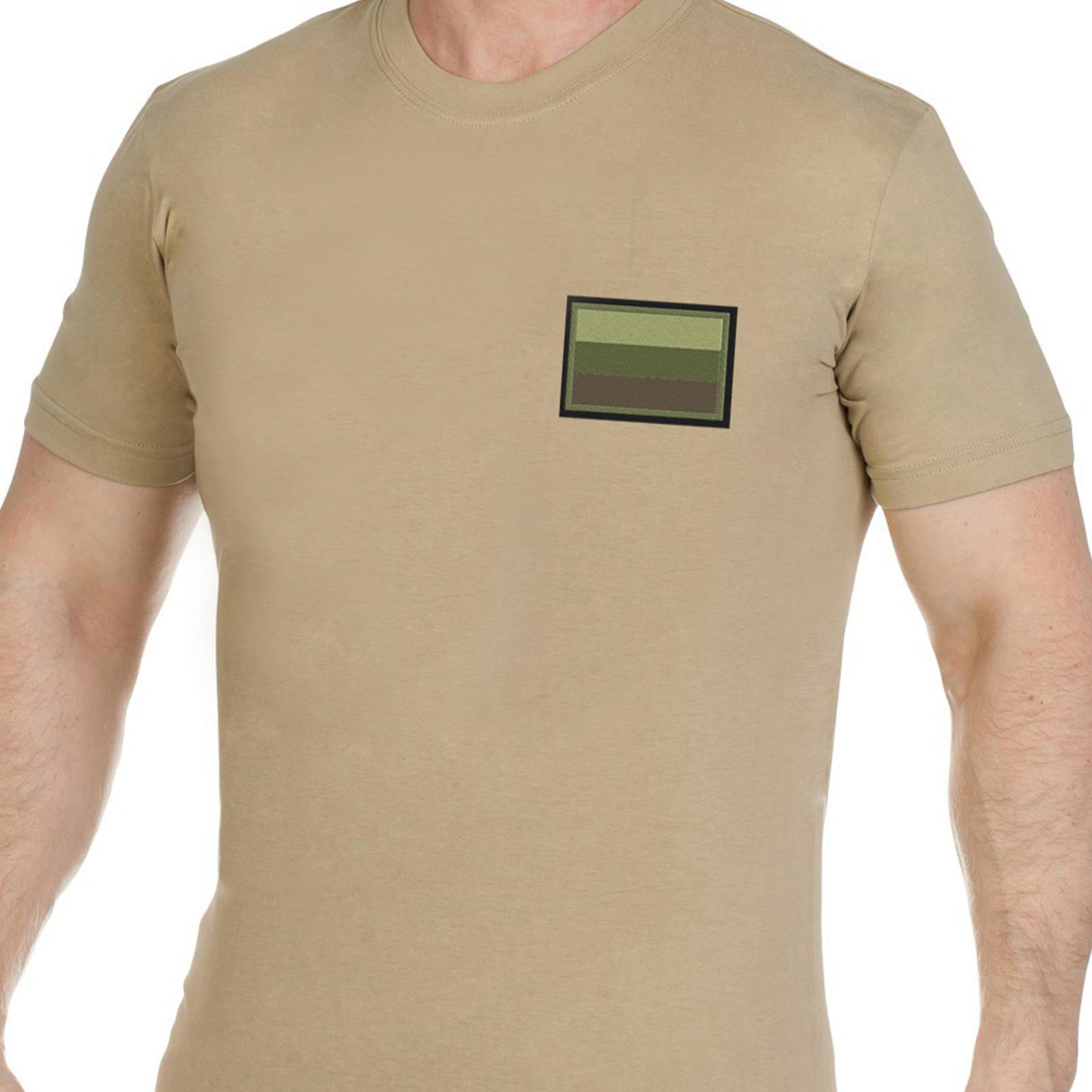 Песочная мужская футболка с вышитым полевым шевроном России