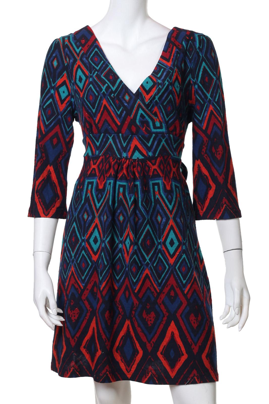 Пестрое миди-платье с треугольным декольте