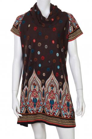 Пестрое платье с воротом-хомутом