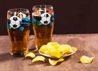 Пивные бокалы с футбольным мячом