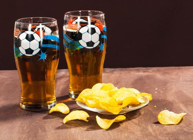 Пивные бокалы с футбольным мячом.