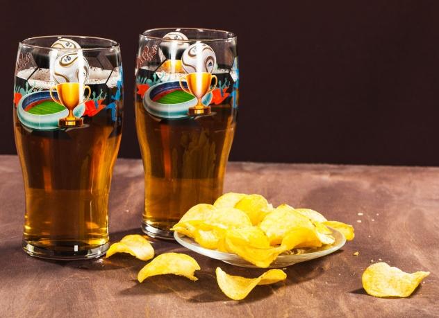 Пивные бокалы с футбольным логотипом.