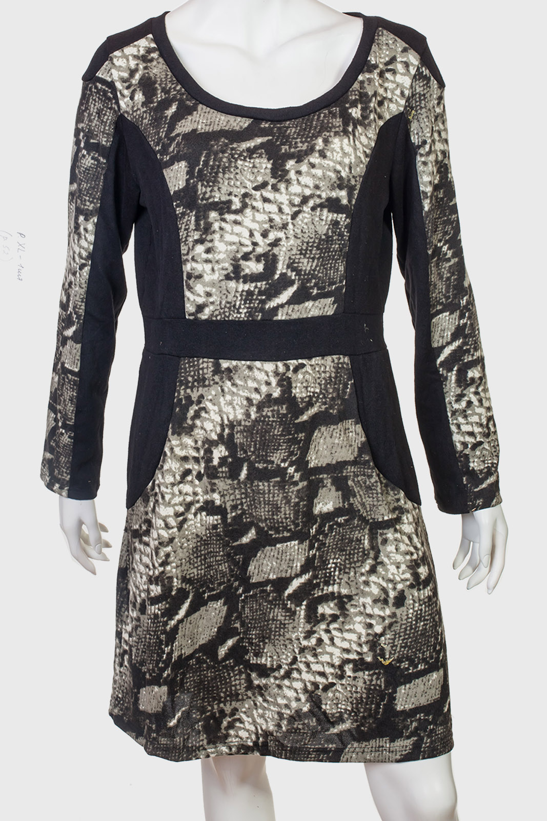 Платье с уникальным змеиным принтом