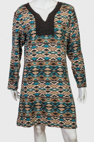 Платье-трапеция с длинным рукавом.
