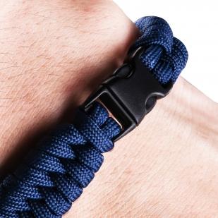 Плетёный браслет из шнура на запястье