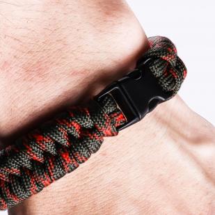 Плетёный браслет из верёвок на запястье