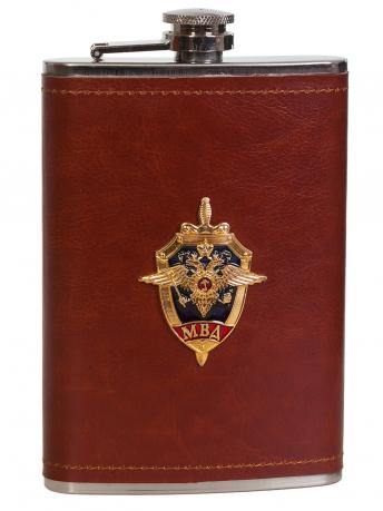 Плоская фляжка в кожаном чехле с эмблемой МВД