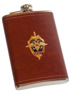 Плоская фляжка в кожаном чехле с эмблемой МВД - заказать оптом