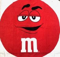 Пляжное красное полотенце M&M's