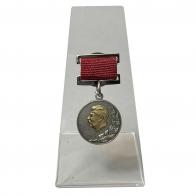 Почётный знак Лауреат Сталинской премии 2 степени на подставке