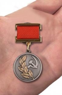 Почетный знак лауреата Государственной премии СССР 2 степени - вид на руке