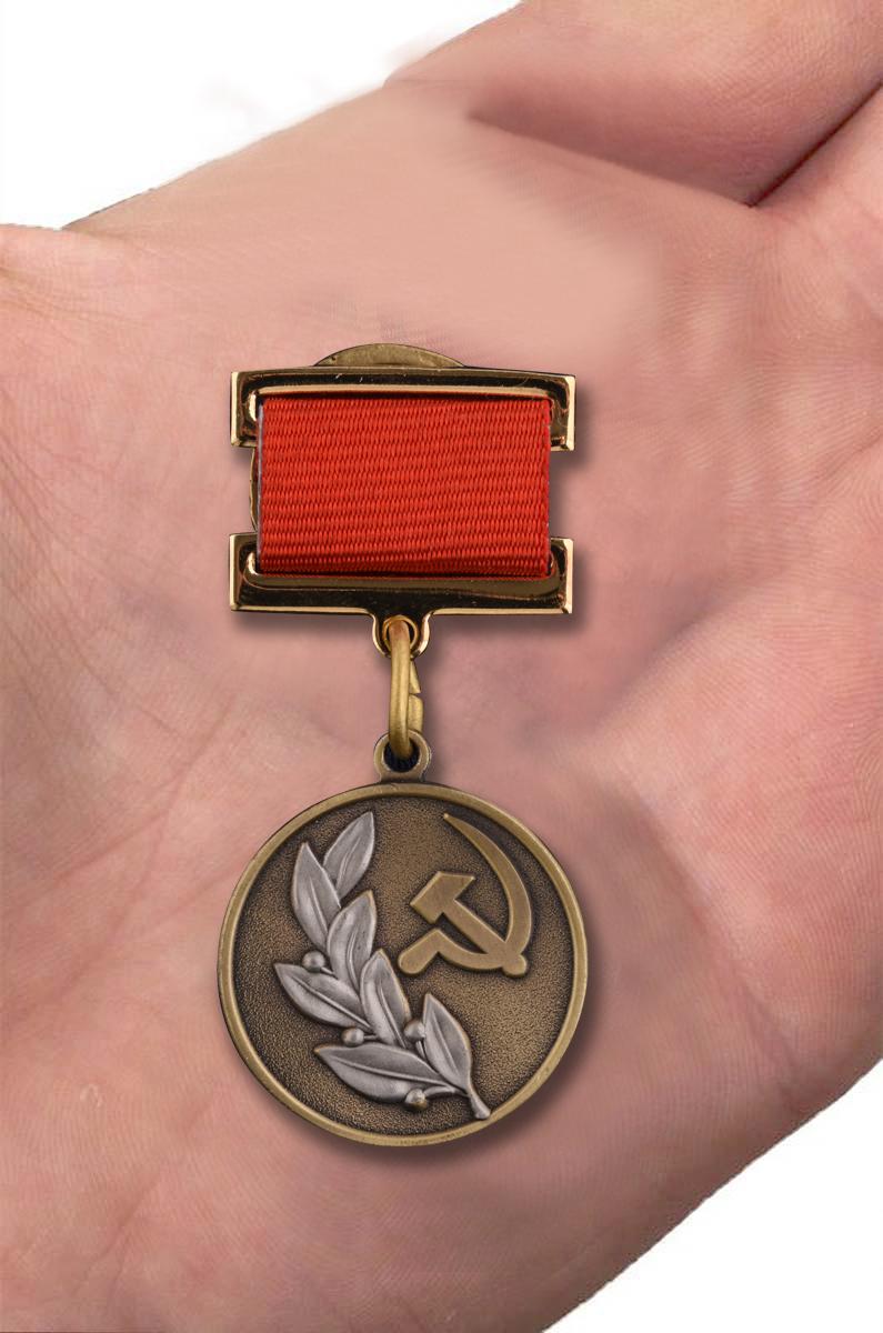 Знак лауреата Государственной премии СССР - вид на руке