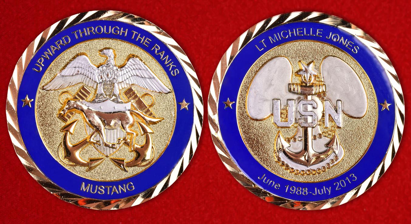 """Почетный знак ВМС США """"Мустанг"""" лейтенанта Мишель Джонс"""