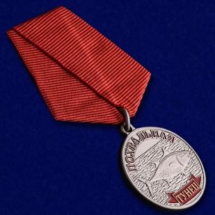 """Похвальная медаль """"Тунец"""" в подарок рыбаку в наградном футляре из флока с прозрачной крышкой - общий вид"""
