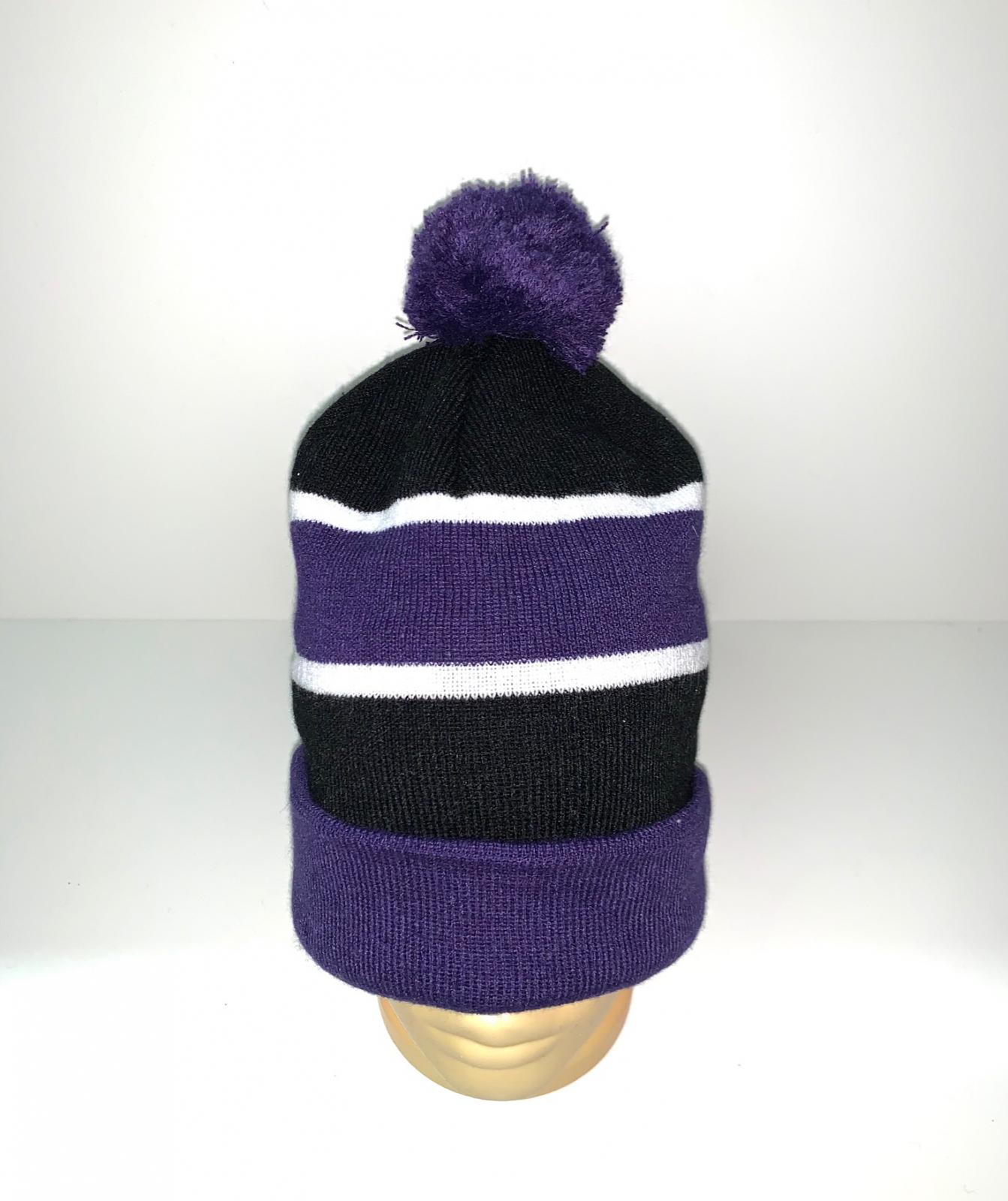Полосатая стильная шапка с помпоном