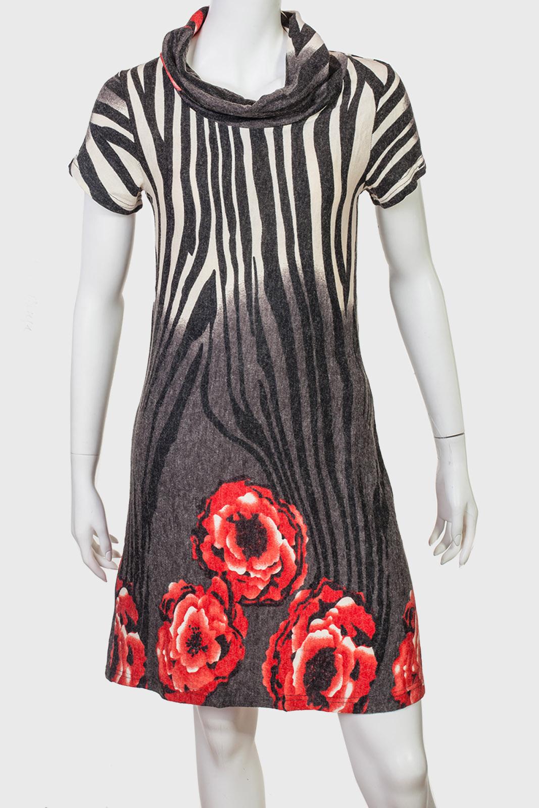 Полосатое платье с пионовидными розами.