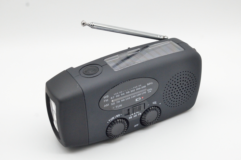 Портативное радио с фонариком, динамо-машиной и солнечной панелью