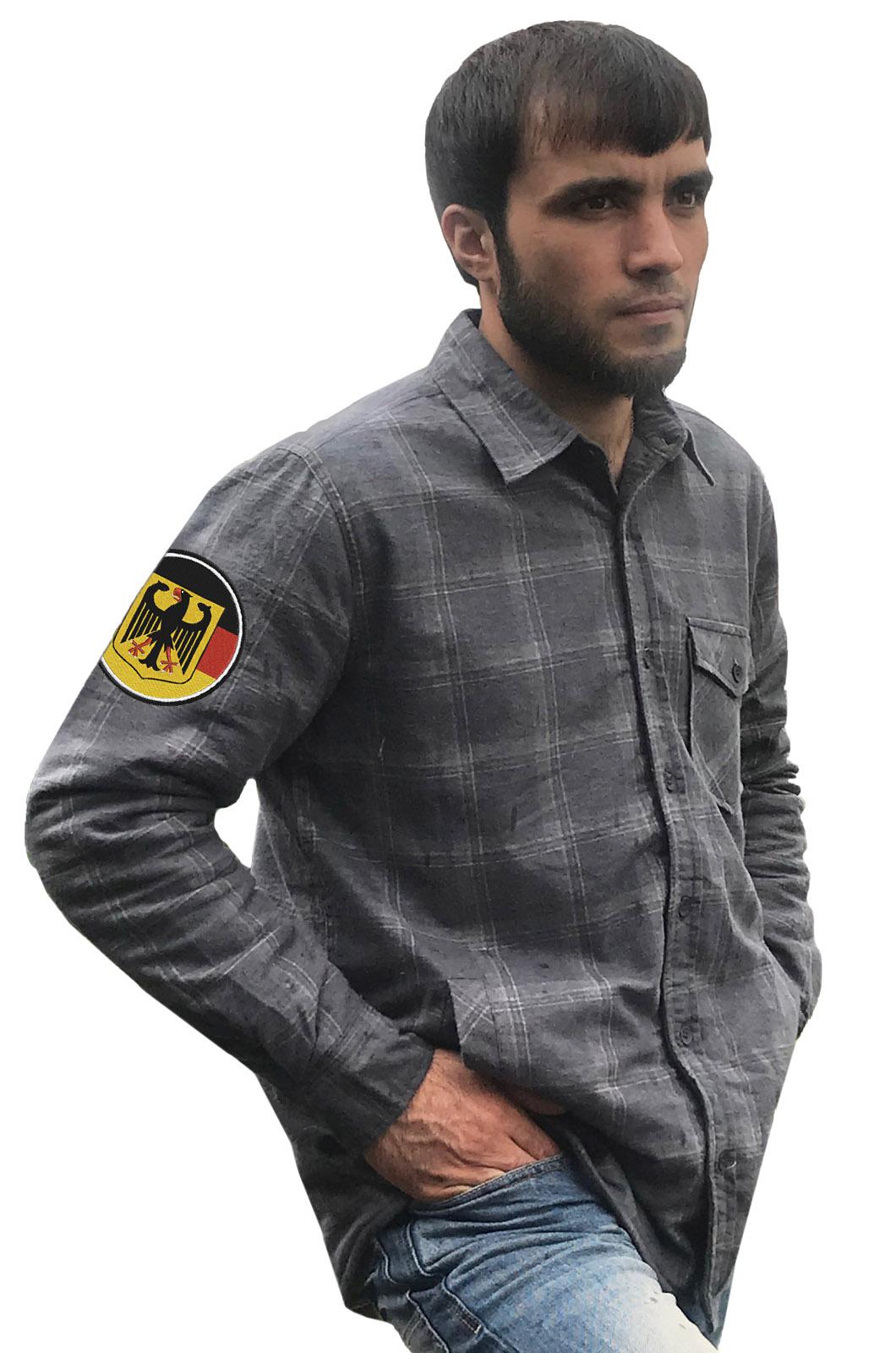 Практичная мужская рубашка с вышитым шевроном Германия