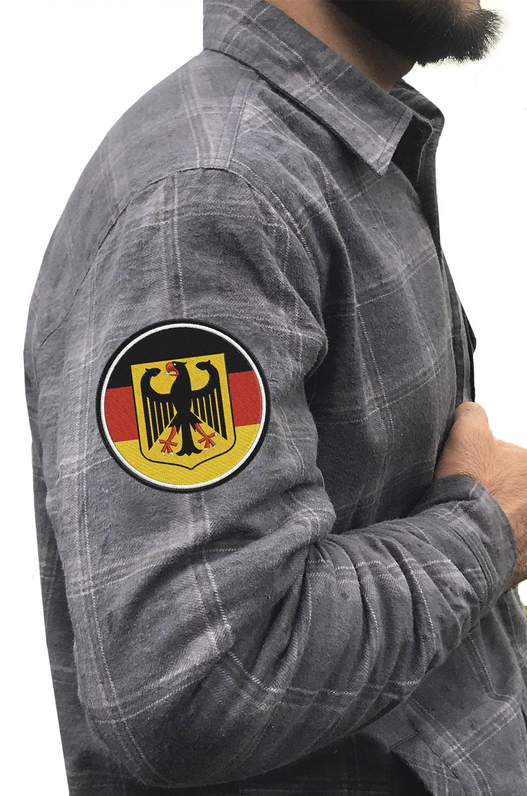 Практичная мужская рубашка с вышитым шевроном Германия - купить выгодно