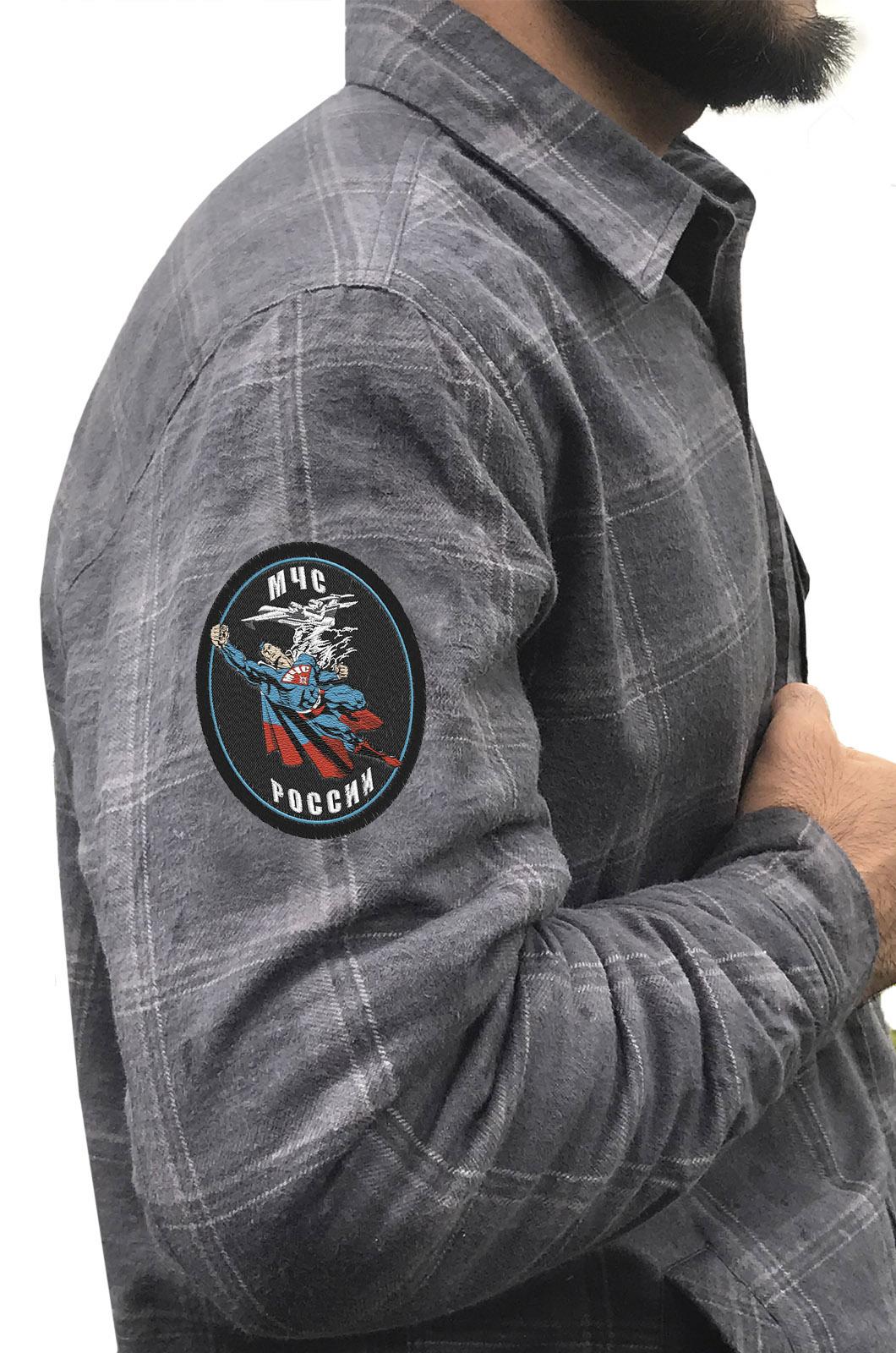 Практичная мужская рубашка с вышитым шевроном МЧС России - купить в Военпро