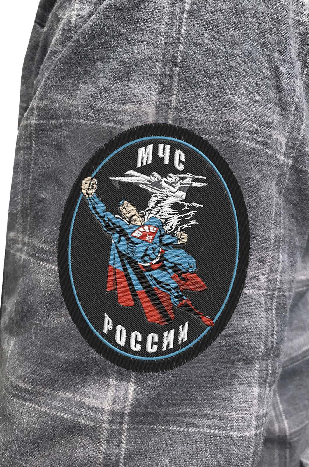 Практичная мужская рубашка с вышитым шевроном МЧС России - купить по низкой цене