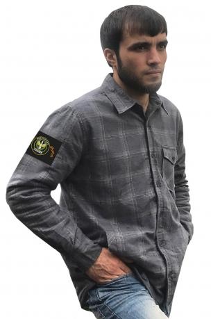 Практичная серая рубашка с вышитым шевроном ПВО