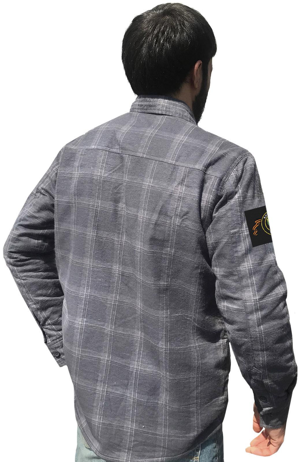Купить практичную серую рубашку с вышитым шевроном ПВО в подарок мужу