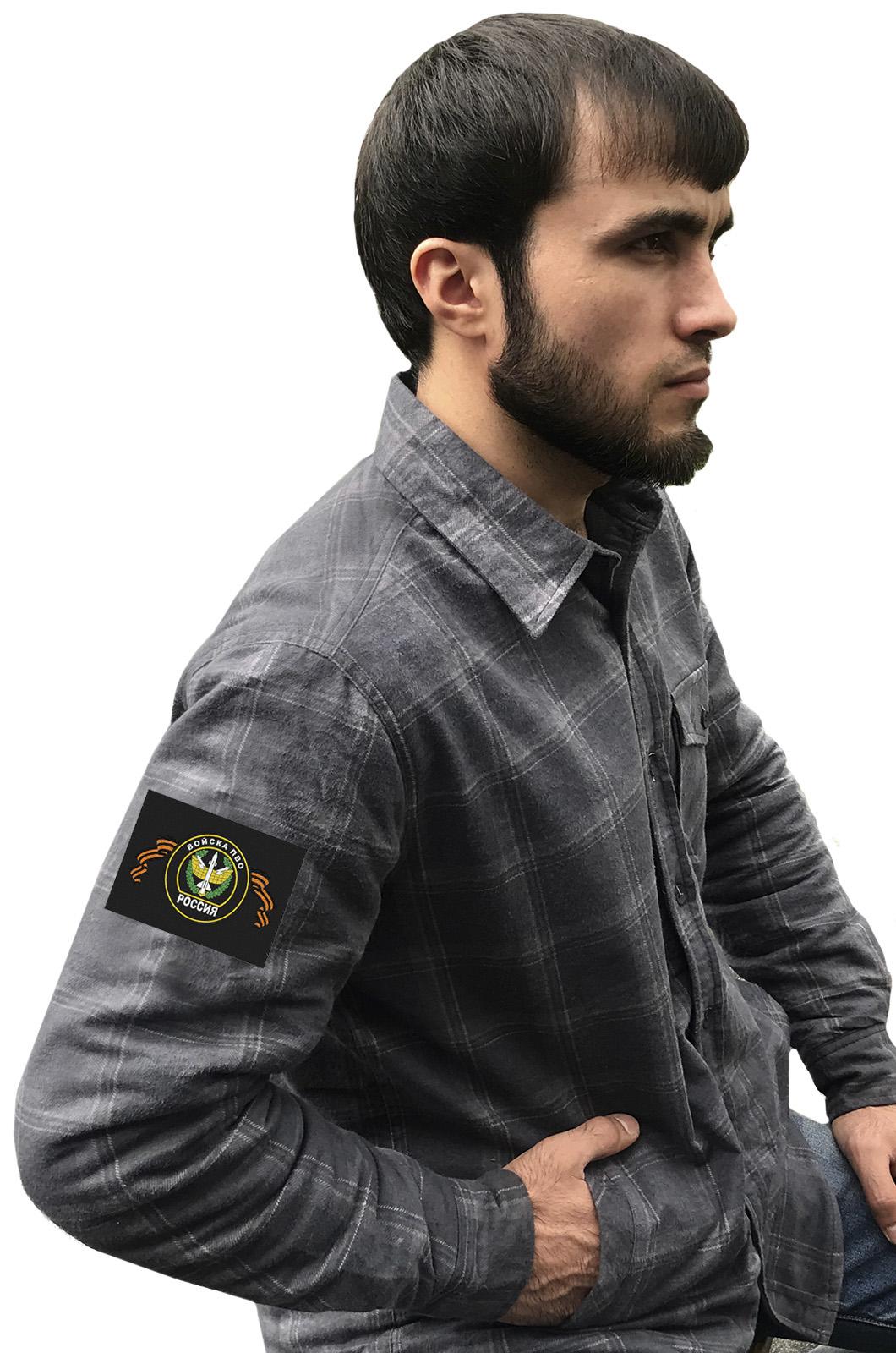 Практичная серая рубашка с вышитым шевроном ПВО - купить с доставкой