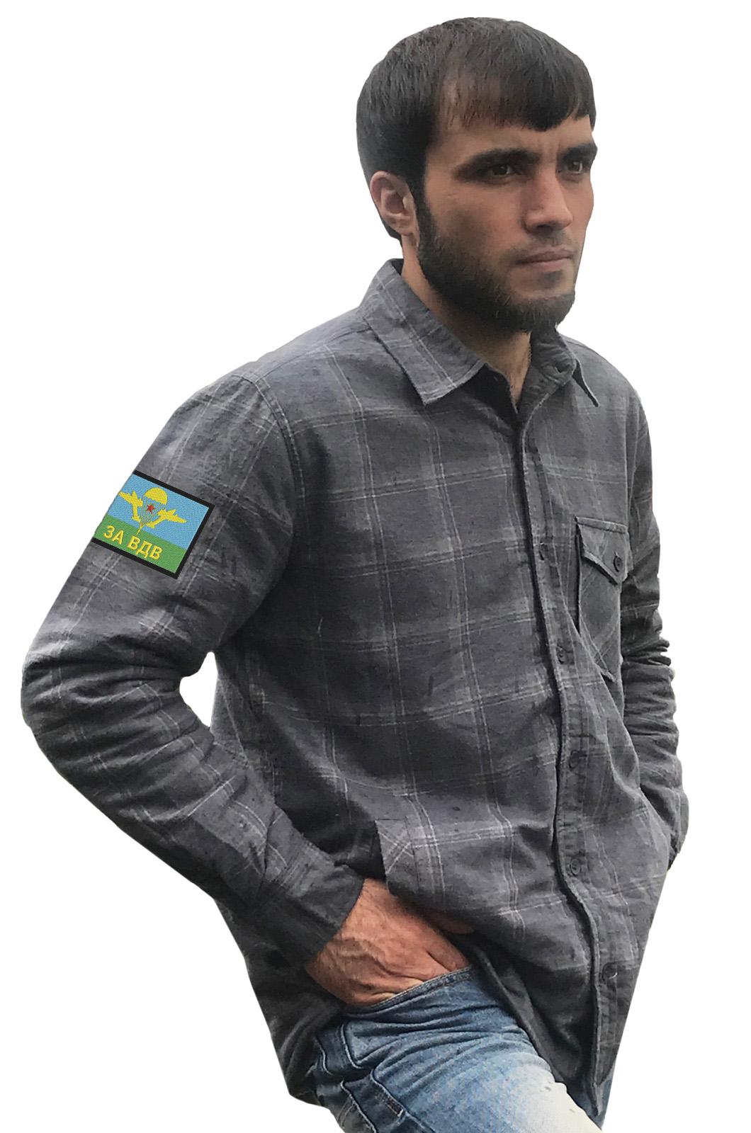 Практичная серая рубашка с вышитым шевроном За ВДВ