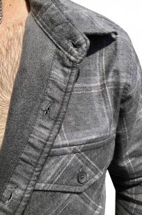 Практичная серая рубашка с вышитым шевроном За ВДВ - купить в розницу