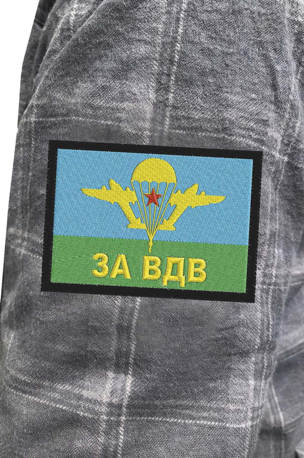 Практичная серая рубашка с вышитым шевроном За ВДВ - купить с доставкой