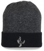 Практичная серая шапка с подворотом. Отличный вариант на каждый день, для активного отдыха и спорта