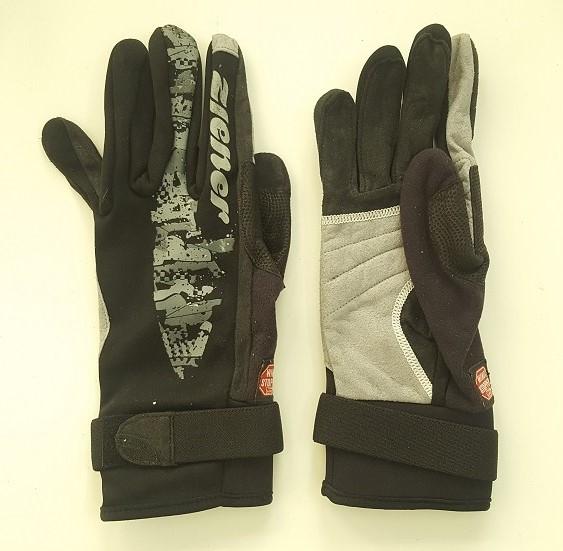 Практичные перчатки от Gore Bike Wear темного цвета