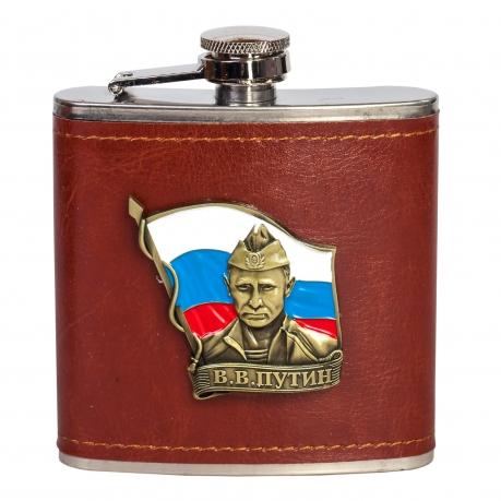 Правильная фляга для алкоголя с портретом Путина на фоне флага России